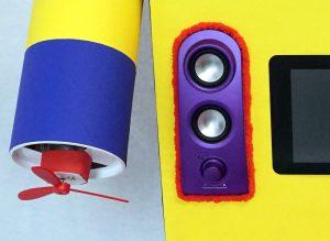 Kinder Roboter mit rot umrandeten Lautsprechern